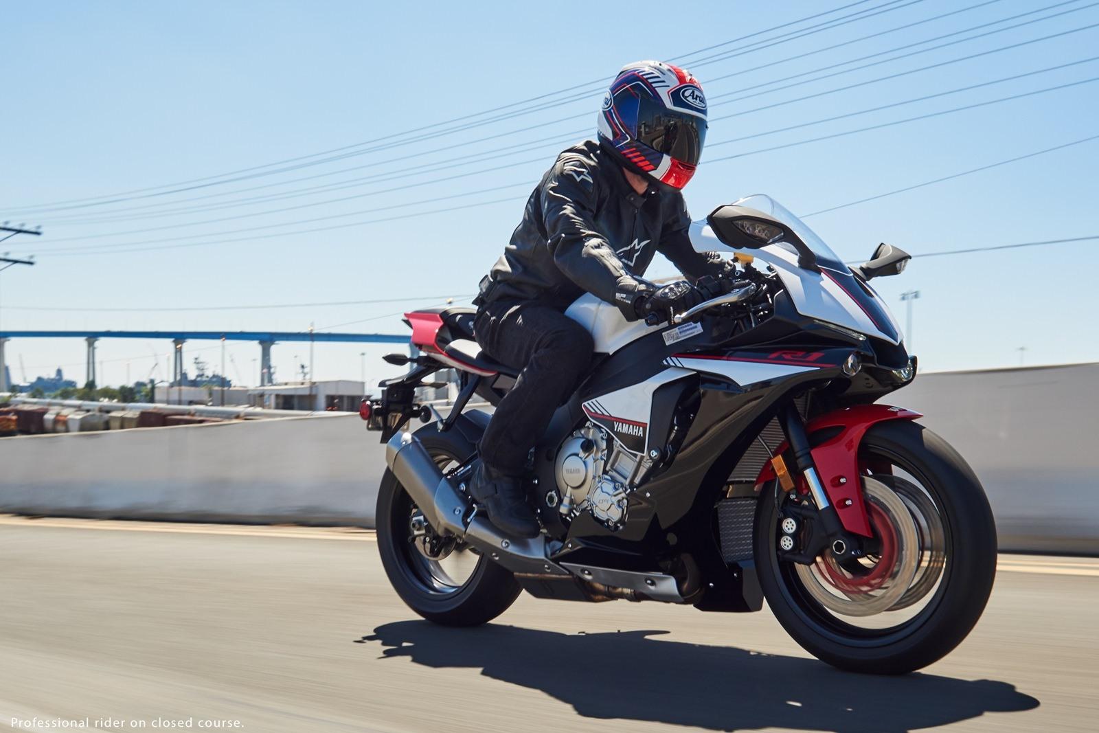 2016 Yamaha R1S - 01
