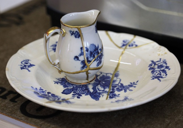 Turn broken crockery into a piece of art.