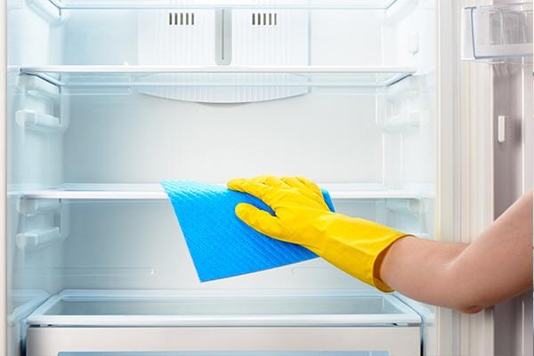 clean-fridge-shelf